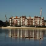 Ein Gebäude am Wilhelmshavener Innenhafen spiegelt sich im absolut ruhigen Wasser.