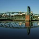 Die Nassau-Brücke in Wilhelmshaven spiegelt sich im Wasser.