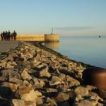 Eine Gruppe von Menschen geht an der Küste spazieren.