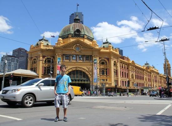 Ich vor der Flinders Street Station