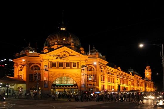 Melbourne Flinders Street Station bei Nacht