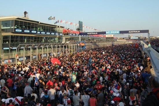 Melbourne Formel 1 Rennen 2012 - Zuschauer Menschenmasse auf der Rennstrecke