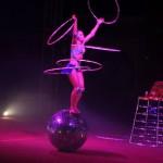 Australien - Silvers Circus 06 - Hoola Hoop auf Kugel - IMG_2196