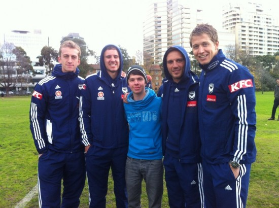 Fußball in Australien - Christoph Friedrich mit Profis von Melbourne Victory