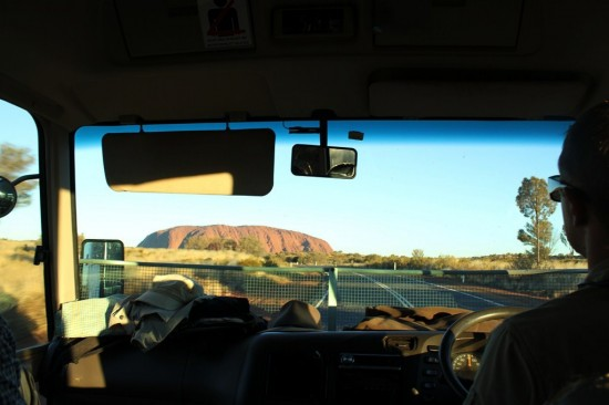 Outback - Uluru aus dem Auto - Lasseter Highway - IMG_4583-2