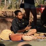 Seine Tochter Deanne erklärte nicht nur die Handarbeit der Aborigines, sondern erzählte auch sehr offen über das Leben und die Bräuche ihres Stammes.