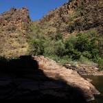 Danach ging es zwischen seeehr hohen Felswänden hindurch zu den Jim Jim Falls. Wer findet den Menchen auf diesem Bild?